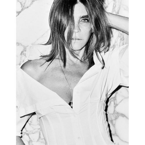 Carine Roitfeld, Cara Delevingne and Kate Moss Design Charitable White Shirts In Memory of Karl Lagerfeld
