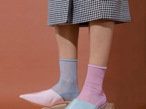 How To Embrace The Mismatched Shoes Trend
