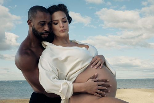 Ashley Graham covers Vogue while pregnant